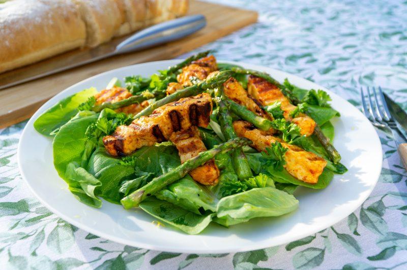 Gegrilde halloumi salade met harissa en aspergetips